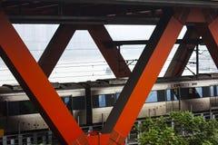 O trem está passando através da ponte imagem de stock royalty free