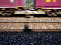 O trem está passando com velocidade na frente de uma autoestrada Fotos de Stock