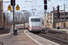 O trem Interurbano-expresso de Deutsche Bahn passa o fuerth do estação de caminhos-de-ferro em Alemanha Foto de Stock