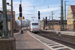 O trem Interurbano-expresso de Deutsche Bahn passa o fuerth do estação de caminhos-de-ferro em Alemanha Imagens de Stock Royalty Free