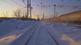O trem move-se na manhã ensolarada do inverno do trilho video estoque