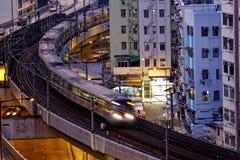 O trem muito de alta velocidade atravessa o centro financeiro de Hong Kong foto de stock