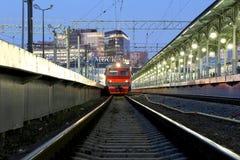 O trem na plataforma do passageiro de Moscou na noite (estação de trem de Belorussky) é uma das nove estações de trem principais  Fotografia de Stock