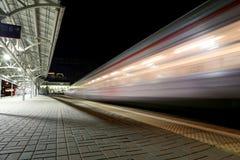 O trem na plataforma do passageiro de Moscou na noite (estação de trem de Belorussky) é uma das nove estações de trem principais  Foto de Stock