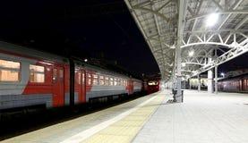 O trem na plataforma do passageiro de Moscou na noite (estação de trem de Belorussky) é uma das nove estações de trem principais  Imagem de Stock
