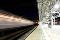 O trem na plataforma do passageiro de Moscou na noite (estação de trem de Belorussky) é uma das nove estações de trem principais  Fotos de Stock