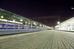 O trem na plataforma do passageiro de Moscou na noite (estação de trem de Belorussky) é uma das nove estações de trem principais  Foto de Stock Royalty Free
