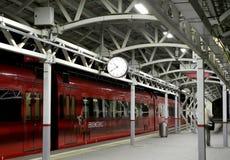 O trem na plataforma do passageiro de Moscou na noite (estação de trem de Belorussky) é uma das nove estações de trem principais  Imagem de Stock Royalty Free