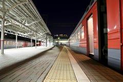 O trem na plataforma do passageiro de Moscou na noite (estação de trem de Belorussky) é uma das nove estações de trem principais  Imagens de Stock Royalty Free