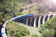 O trem na ponte Demodara de nove arcos é uma das pontes as mais famosas em Sri Lanka imagens de stock royalty free