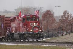 O trem pacífico canadense do feriado em um dia nevado imagens de stock