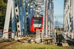 O trem passa sobre a ponte Fotos de Stock