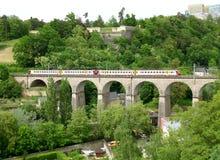 O trem que cruza o Passerelle, 24 viadutos dos arcos na cidade de Luxemburgo Imagens de Stock Royalty Free