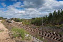 O trem X2000 que vem na estrada de ferro Fotografia de Stock
