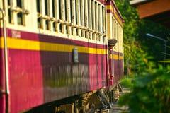 O trem sae da estação para viajar aos destinos imagem de stock royalty free
