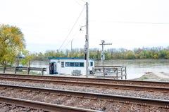 O trem segue o rio Foto de Stock Royalty Free