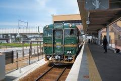 O trem sightseeing - montagnes e mer das belezas Fotos de Stock