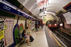 O trem subterrâneo entra no circo de Piccadilly imagem de stock