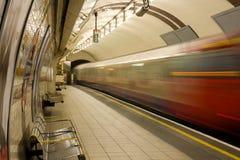 O trem subterrâneo sae regentes da estação do parque fotografia de stock