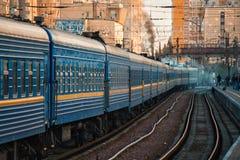 O trem velho grande está indo em estradas de ferro ucranianas imagens de stock royalty free