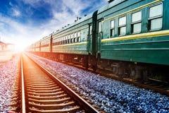 O trem verde parou em uma plataforma velha pequena do fluxo Imagens de Stock