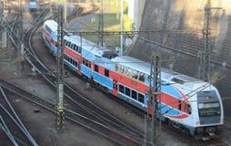 o trem Vermelho-azul do ônibus de dois andares chega no estação de caminhos-de-ferro imagens de stock royalty free