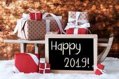 O trenó com presentes, neve, Bokeh, Text 2019 feliz imagem de stock
