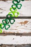 O trevo Garland On Wood Background de St Patrick imagem de stock