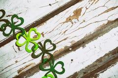 O trevo Garland On Wood Background de St Patrick fotos de stock royalty free