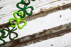 O trevo Garland On Wood Background de St Patrick imagem de stock royalty free
