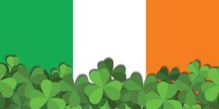 O trevo no fundo da bandeira da Irlanda Imagem de Stock Royalty Free