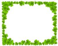 O trevo verde sae do frame da beira da folha