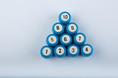 O triângulo feito de barris plásticos do loto com números encontrou-se no fundo branco Fotos de Stock