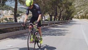 O triathlete masculino profissional escala um monte vídeos de arquivo