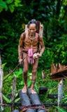 O tribo de Mentawai do homem está indo na selva imagem de stock