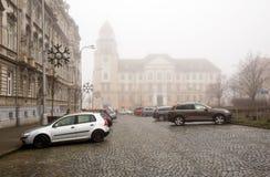 O tribunal distrital de Znojmo em um dia de inverno nevoento Znojmo, República Checa Fotografia de Stock