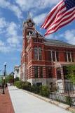 O tribunal Wilmington com bandeira americana fotos de stock royalty free