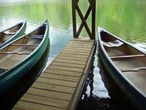 O trio das canoas espera no estaleiro em montanhas de North Carolina imagens de stock