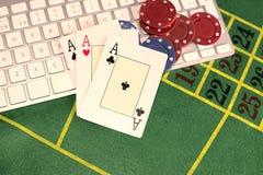 O trio dos áss com pôquer remenda em um teclado de computador Imagens de Stock