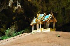 O trono na caverna foto de stock royalty free