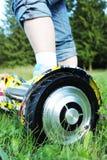 O 'trotinette' bonde baseado giroscópio da roda dupla é chamado igualmente uma roda de equilíbrio esperta Fotos de Stock Royalty Free