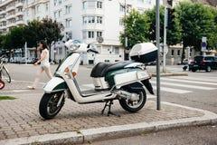 O 'trotinette' de Piaggio na cidade estacionou na rua Fotos de Stock