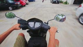 O 'trotinette' do close up expulsa a jarda que estaciona à rua da cidade vídeos de arquivo