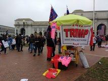 O trunfo faz América grande outra vez! , Vendedor na estação da união, ` s março das mulheres, Washington, C.C., EUA Imagem de Stock