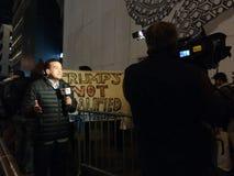 O trunfo não é qualificado para ser presidente, journalista Reporting, NYC, EUA Imagem de Stock Royalty Free