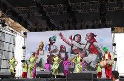 O trupe do império de Bhangra da Índia executa na fórmula 1 2013, Barém Foto de Stock