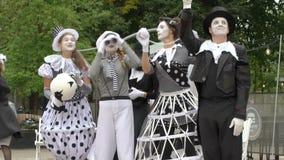 O trupe do teatro mostra uma pantomima do desempenho da rua video estoque