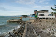 O tsunami em Palu danificou a estrada e as casas fotografia de stock