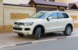 O Tuareg de Volkswagen estacionou perto da casa na rua perto da casa Fotos de Stock