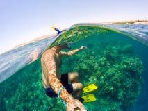 O tubo de respiração nada na água pouco profunda, Mar Vermelho, Egito Fotos de Stock